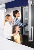Famille sélectionnant le réfrigérateur Photographie stock libre de droits