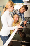 Famille sélectionnant le stovetop de cuisine dans le magasin Images stock