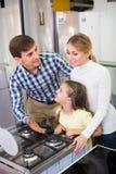 Famille sélectionnant le tiroir de chauffage moderne Photos libres de droits