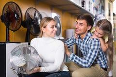 Famille sélectionnant le ventilateur dans le magasin Photographie stock