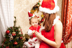 Famille s'asseyant autour de l'arbre de Noël Maman et bébé dans le Ne photo libre de droits