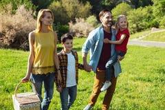 Famille satisfaite ayant une promenade dans le parc Photo libre de droits