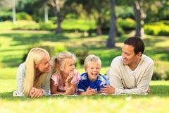Famille se couchant à l'extérieur Images libres de droits