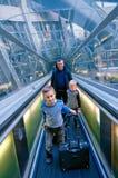 Famille se déplaçant dans l'aéroport Photos libres de droits