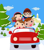 Famille se déplaçant des vacances de l'hiver Image stock
