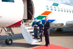 Famille se déplaçant en l'avion commercial Images libres de droits