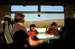 Famille se déplaçant sur un train image stock