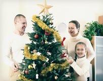 Famille se préparant à Noël images libres de droits