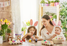 Famille se préparant à Pâques Photos stock