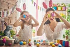 Famille se préparant à Pâques images stock