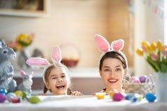 Famille se préparant à Pâques photo libre de droits