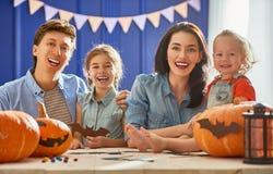 Famille se préparant à Veille de la toussaint Photos stock