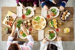 Famille se réunissant au Tableau de dîner Photographie stock libre de droits