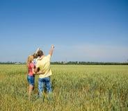 Famille se reposant dans la nature. Images stock