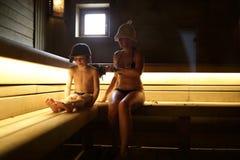 Famille se reposant dans le bain de vapeur images stock