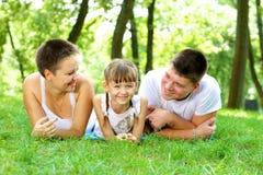 Famille se reposant en nature. Photographie stock