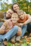 Famille se reposant en parc Photo libre de droits