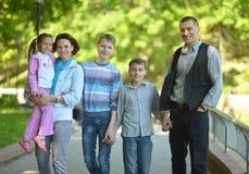 Famille se reposant en parc d'été Photo libre de droits