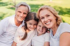Famille se reposant ensemble en parc Photo stock