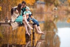 Famille se reposant sur le lac Images libres de droits