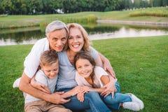Famille se reposant sur le pré Photo stock