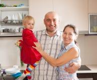 Famille se tenant à la cuisine domestique image libre de droits