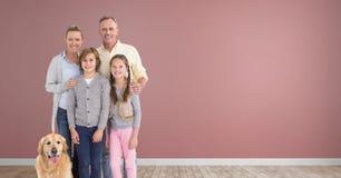 Famille se tenant ainsi que le chien dans la chambre avec le plancher en bois Photo libre de droits