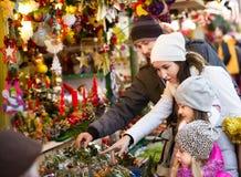 Famille se tenant aux souvenirs coniféres contre Image libre de droits