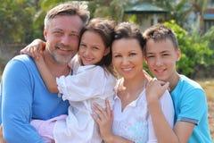 Famille se tenant sur la plage sablonneuse Photos stock