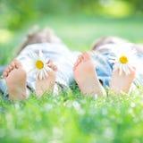 Famille se trouvant sur l'herbe Image stock