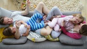 Famille Sofa Cuddles banque de vidéos