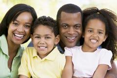 Famille souriant à l'extérieur Images libres de droits