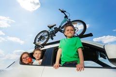Famille sportive voyageant en voiture en été image libre de droits