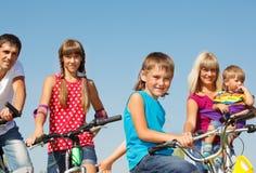 Famille sur des bicyclettes Image stock