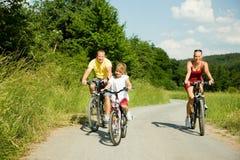 Famille sur des vélos Photos libres de droits