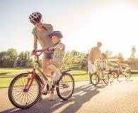 Famille sur des vélos Images stock