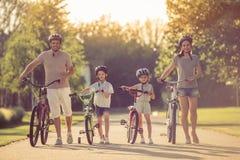 Famille sur des vélos Image stock