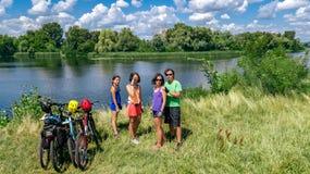 Famille sur des vélos faisant un cycle dehors, des parents et des enfants actifs sur les bicyclettes, vue aérienne de famille heu photo stock