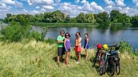 Famille sur des vélos faisant un cycle dehors, des parents et des enfants actifs sur les bicyclettes, vue aérienne de famille heu photographie stock