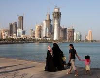 Famille sur Doha Corniche Images libres de droits