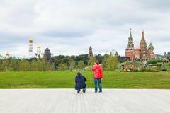 Famille sur l'étape d'amphithéâtre en parc de Zaryadye Photographie stock