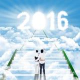 Famille sur l'escalier regardant les numéros 2016 Photo stock
