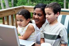 Famille sur l'ordinateur Photos libres de droits