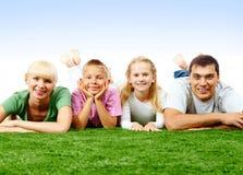 Famille sur la pelouse image stock