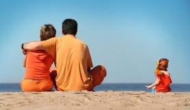 Famille sur la plage Image libre de droits