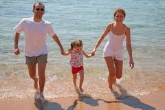 Famille sur la plage photos libres de droits