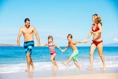Famille sur la plage images stock