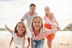 Famille sur la plage de soirée Photos libres de droits