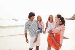 Famille sur la plage de soirée Images stock