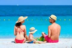 Famille sur la plage Enfant en bas ?ge jouant avec la m?re et le p?re images libres de droits